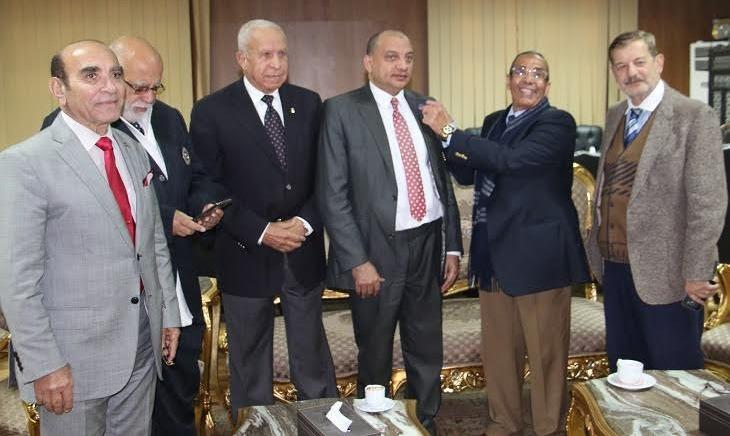منح رئيس جامعة بني سويف العضوية الشرفية في نادي روتاري