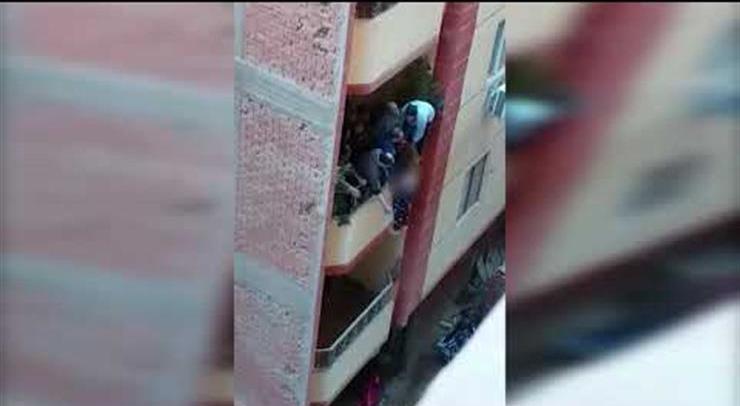 شاهد.. رجل يحاول إلقاء زوجته من «بلكونة» منزله في فيصل