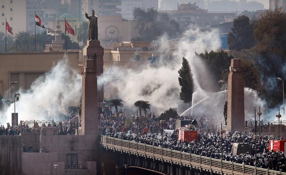 قوات الأمن تحاصر متظاهرين 25 يناير بخراطيم المياه وقنابل الغاز