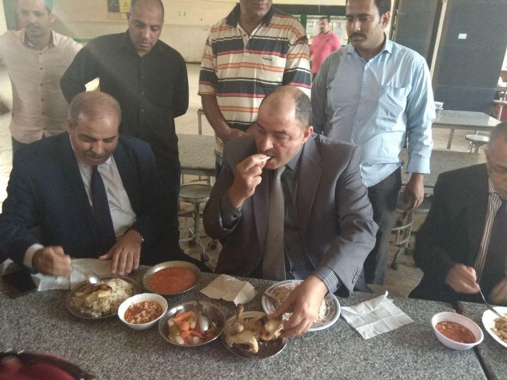 رئيس جامعة الأزهر يتناول الغداء مع طالبات المدينة الجامعية