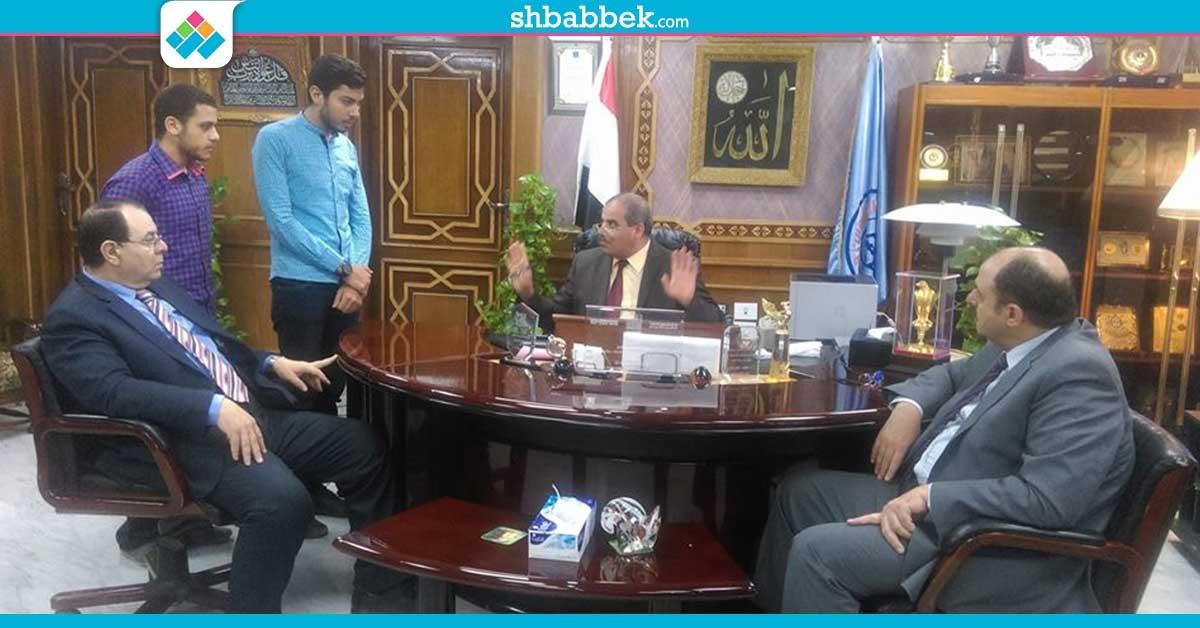 رئيس جامعة الأزهر يناقش مع الطلاب تطبيق الـ«سمر كورس»
