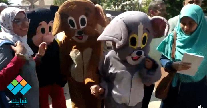 طالبات جامعة الأزهر يرتدون زي «ميكي ماوس» لاستقبال رئيس الجامعة