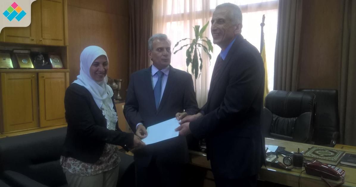 جابر نصار يمنح كلية العلاج الطبيعي 50 ألف جنيه (صور)