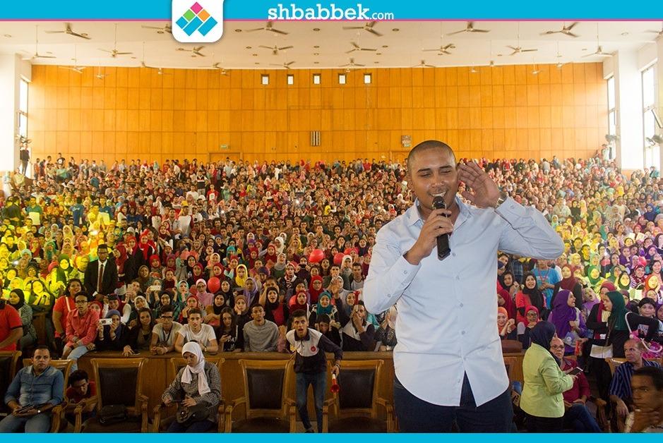 من بينهم حزلقوم ومحمد فؤاد.. تقليد فنانين بجامعة عين شمس
