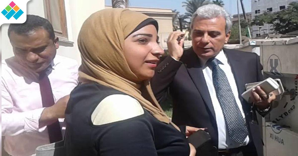 جابر نصار يغازل طالبة في حرم جامعة القاهرة (صورة)