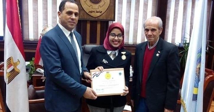 رئيس جامعة دمنهور يمنح وسام التميز لطالبة «سرقة الموتوسيكل»