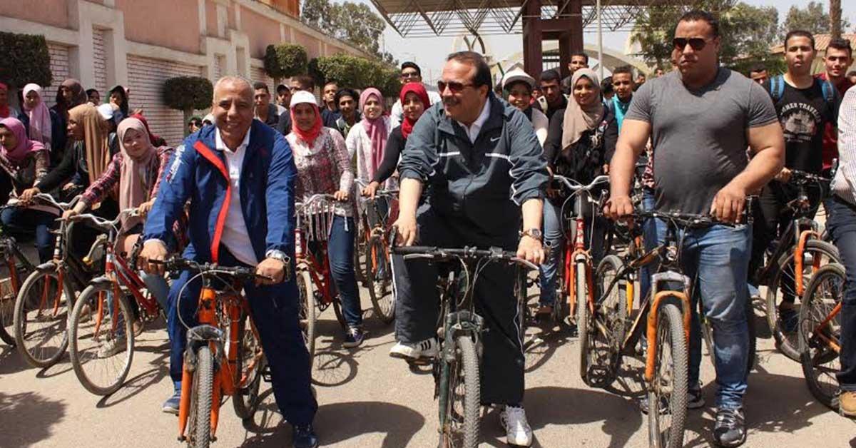 رئيس جامعة طنطا يشارك في «سباق عجل» مع الطلاب (صور)