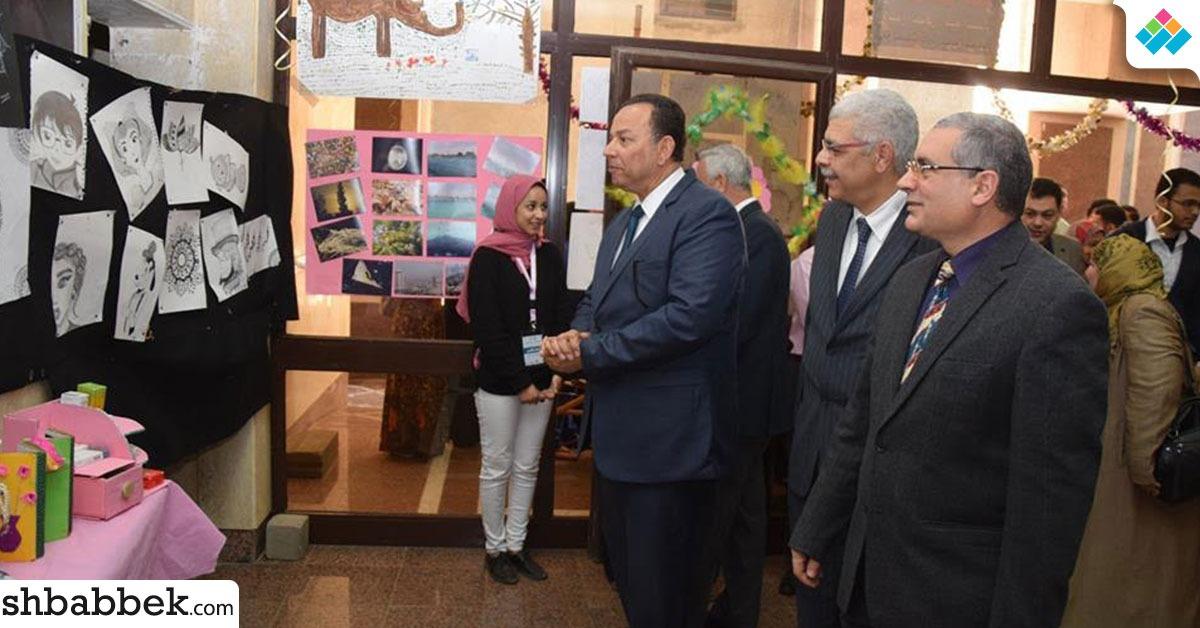 رئيس جامعة المنوفية يفتتح المعرض الفني لطلاب الصيدلة (صور)