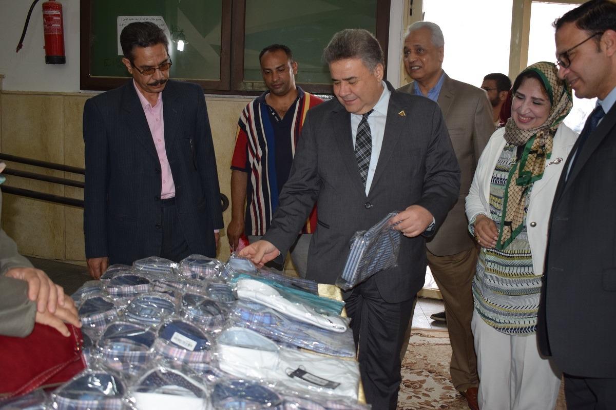 رئيس جامعة بنها يفتتح معرض ملابس للطلاب