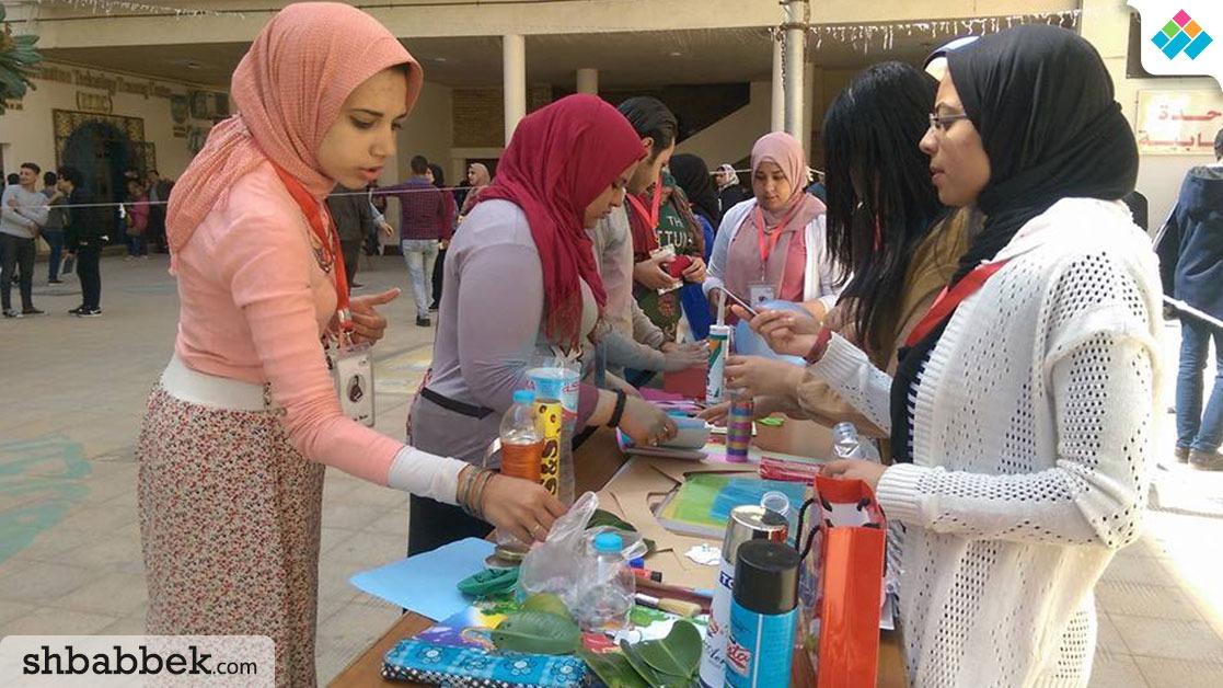 طلاب آداب الإسكندرية يزينون البيوت بـ«الكراكيب»