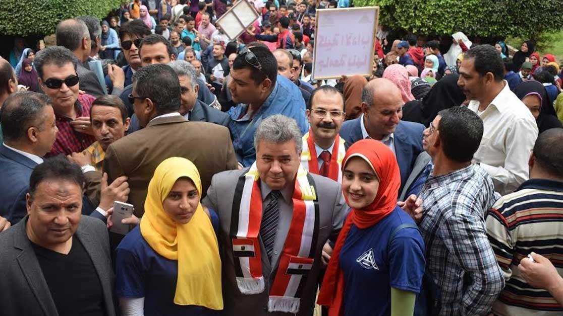 رئيس جامعة بنها يقود مسيرة طلابية في اليوم الثالث من الانتخابات