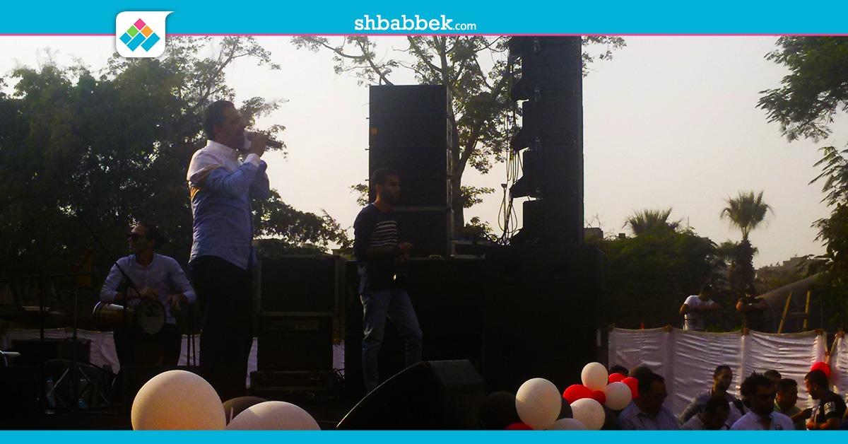 علي الهلباوي يشعل حفل طلاب تجارة عين شمس بـ«مرسال لحبيبتي» (فيديو)