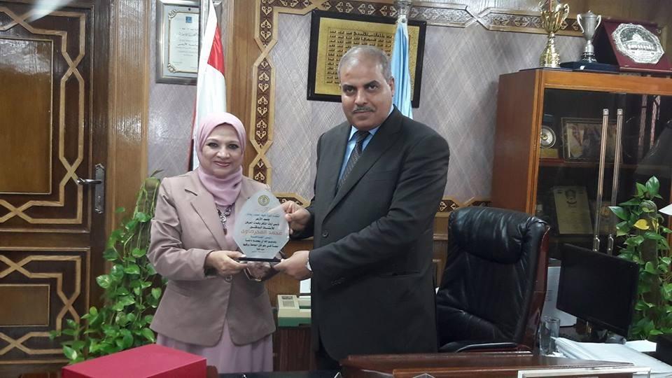 عميدة علوم بنات تكرم رئيس جامعة الأزهر
