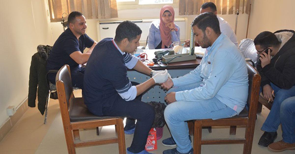 انطلاق فعاليات الأسبوع البيئي في كلية حاسبات الفيوم بحملة تبرع بالدم