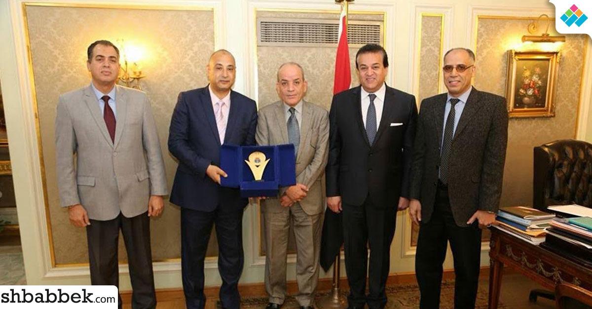 رفض رشوة عميد.. وزير التعليم العالي يكرم مدير إدارة التعليم الخاص