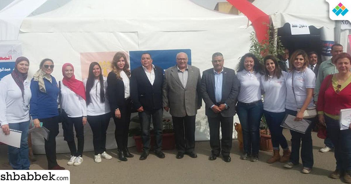 رئيس جامعة عين شمس يفتتح معرضا لبيع الملابس للطلاب (صور)