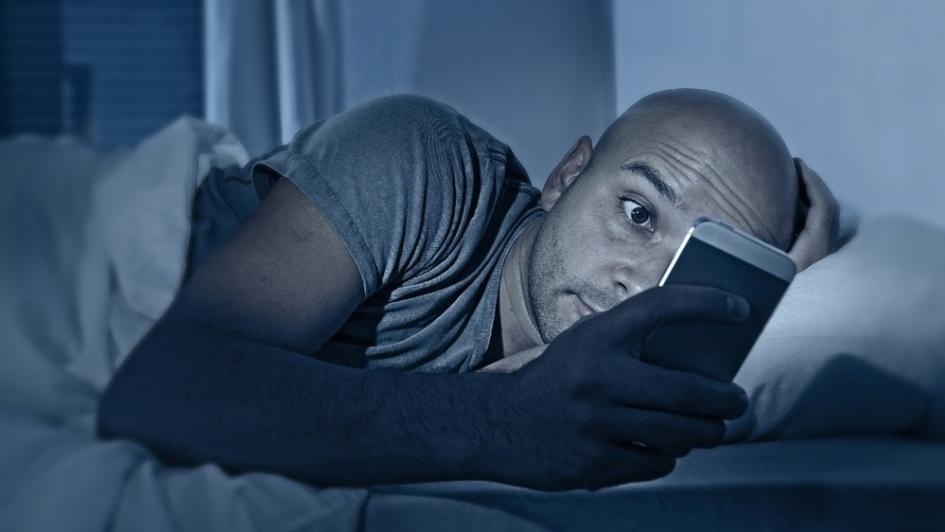 «بص في الموبايل واضحك».. هل هي الطريقة الأفضل لإثارة فضول الأنثى؟