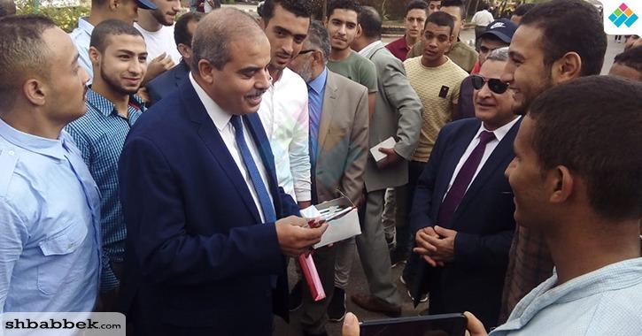 رئيس جامعة الأزهر يوزع هدايا على الطلاب «صور»