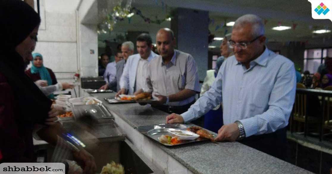 رئيس جامعة المنيا يشارك طلاب المدن الجامعية إفطار رمضان