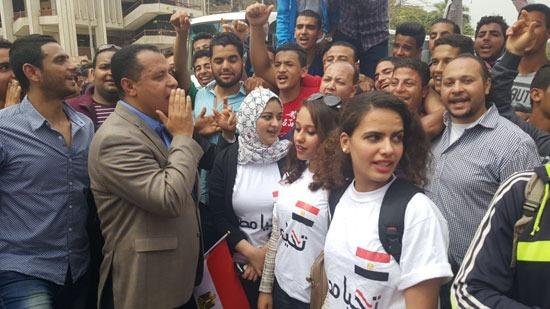 قيادات جامعة أسيوط يقودون مسيرة طلابية لتشجيع المواطنين على التصويت بالانتخابات