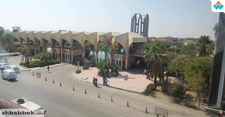 أم ياسمين والشيخ موسى على أبواب جامعة حلوان.. من أجل أبنائهم يهون كل شيء