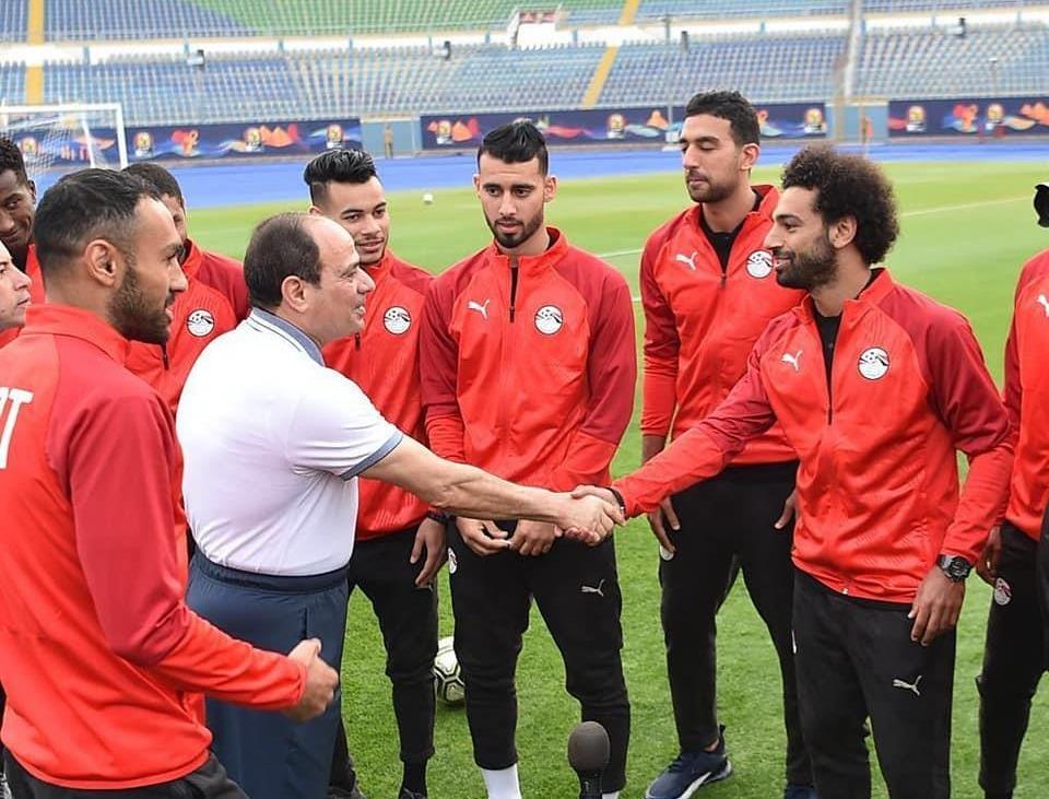 السيسي يزور لاعبي المنتخب المصري ويطالبهم ببذل الجهد لإسعاد المصريين (صور)