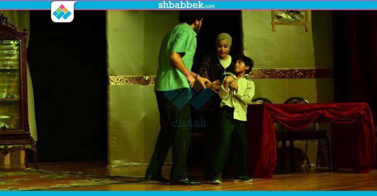 الفجوة التكنولوجية داخل الأسرة.. عرض مسرحي بـ«تجارة القاهرة» (صور)