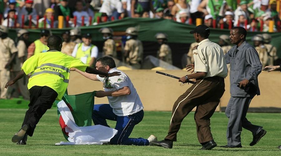 http://shbabbek.com/upload/مباريات بين فرق عربية تحول فيها الملعب إلى حلبة مصارعة.. هذه أبرزها