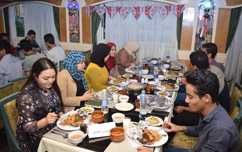 طلاب مسيحيون ينظمون إفطارا لزملاءهم المسلمين بجامعة أسيوط (صور)