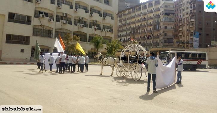 أحصنة وشخصيات كرتونية تجوب حرم جامعة المنصورة في احتفالات «800 سنة منصورة»
