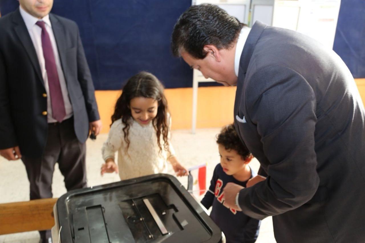 وزير التعليم العالي يدلي بصوته في انتخابات رئاسة الجمهورية