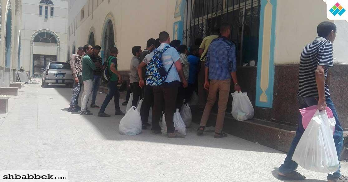 بالصور.. توزيع «زيت وسكر» على طلاب بجامعة الأزهر