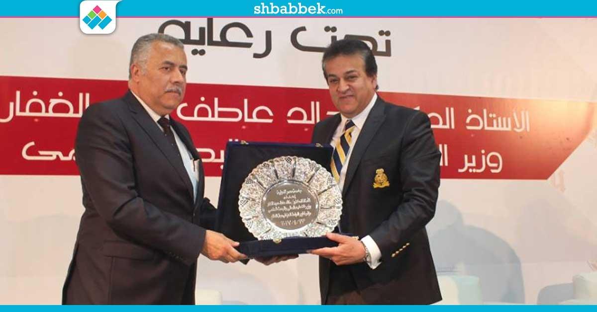 http://shbabbek.com/upload/في مؤتمر تطوير الإعلام.. جامعة مصر الدولية تكرم وزير التعليم العالي