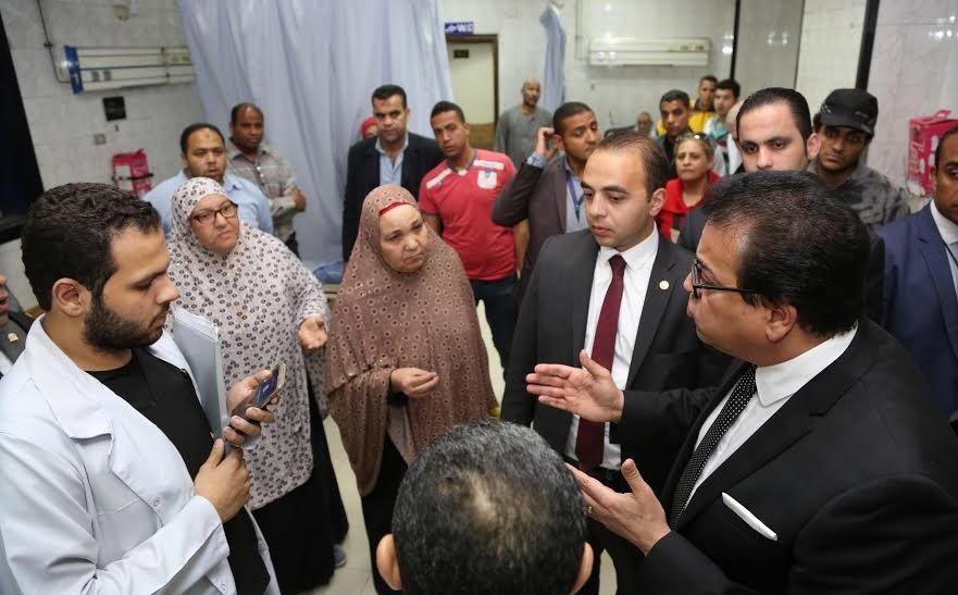 وزير التعليم العالي في زيارة مفاجئة لمستشفى الدمرداش «صور»