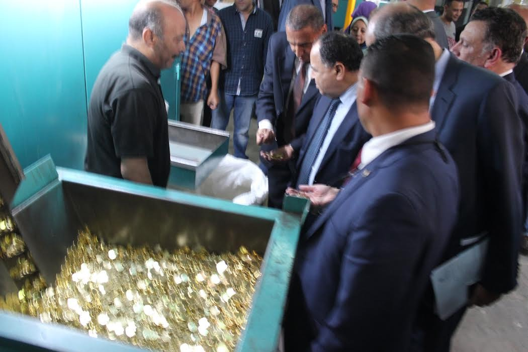 ماكينات لـ(الفكّة) في محطات المترو.. و«المالية» تدرس إصدار عملة معدنية فئة الجنيهان