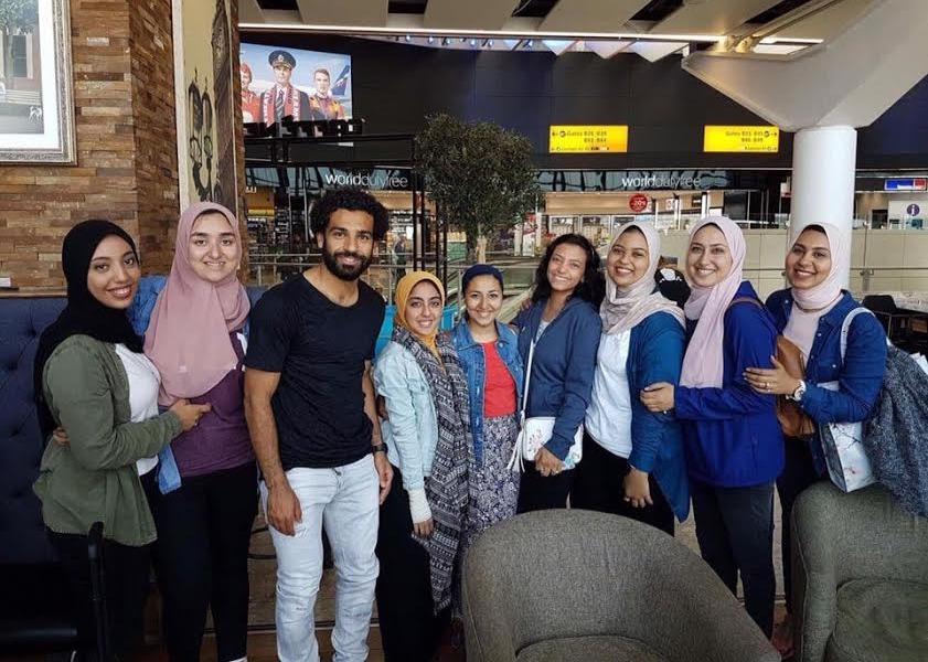 طلاب جامعة «MSA» يلتقطون صورا مع محمد صلاح