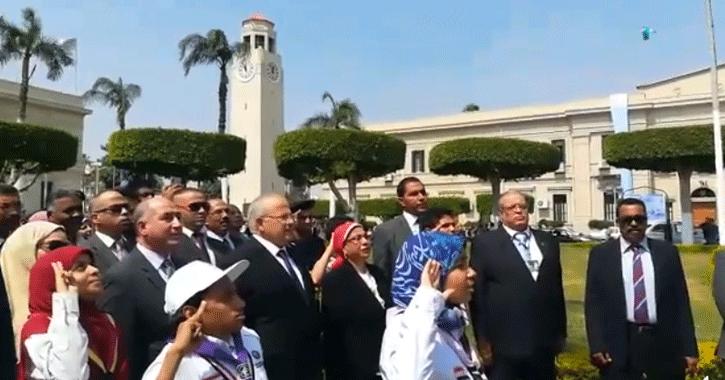 رئيس جامعة القاهرة يردد النشيد الوطني ويحيي العلم المصري