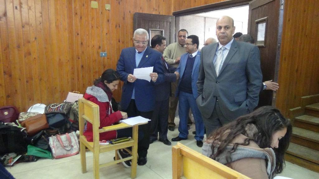 صور| رئيس جامعة المنيا يتفقد امتحانات الفصل الدراسي الأول