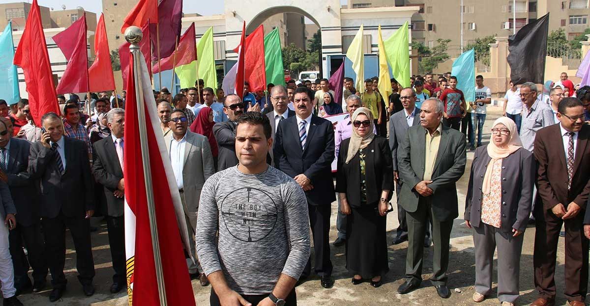 رئيس جامعة بني سويف يؤدي تحية العلم في بداية العام الدراسي (صور)
