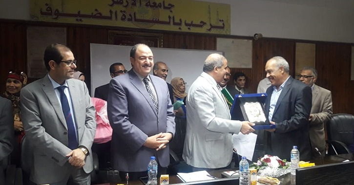 رئيس جامعة الأزهر يكرم مدير عام الشئون الإدارية لبلوغه سن المعاش