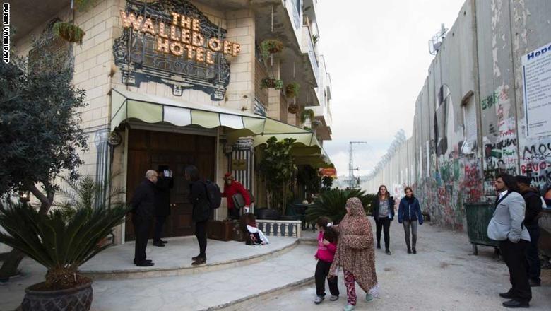 صور| «على الجدار».. فندق يجسد الصراع الفلسطيني الإسرائيلي