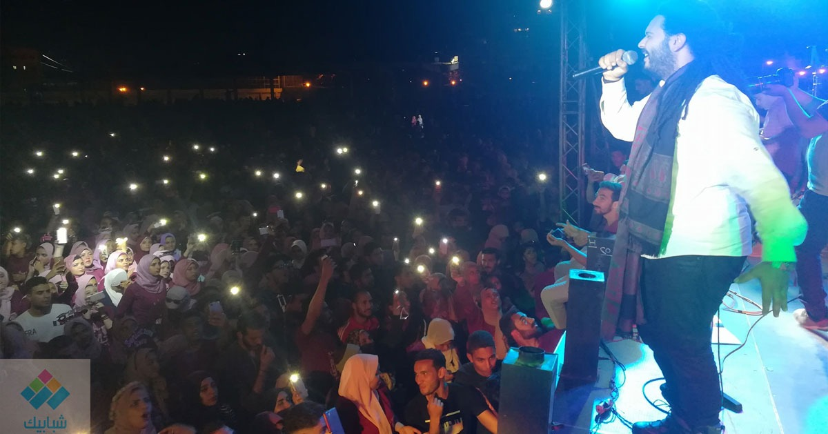 «زجزاج» يغني «الله حي» مع طلاب كلية الحقوق جامعة القاهرة