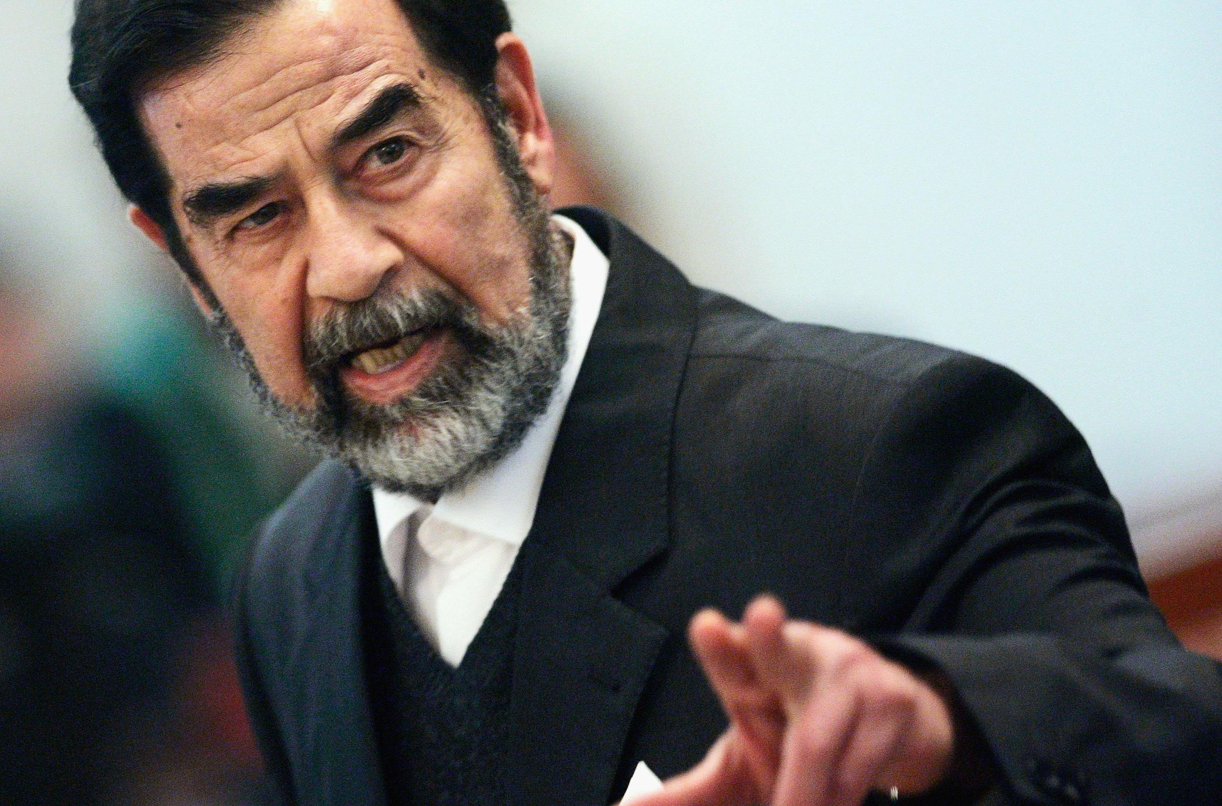 يستمع لمغنية أمريكية ويحكي عن أسطول نجله عُدي.. شهادات من زنزانة صدام حسين