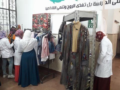 كلية طب الأسنان بنات الأزهر تقيم معرض ملابس جديدة بالمجان للطالبات