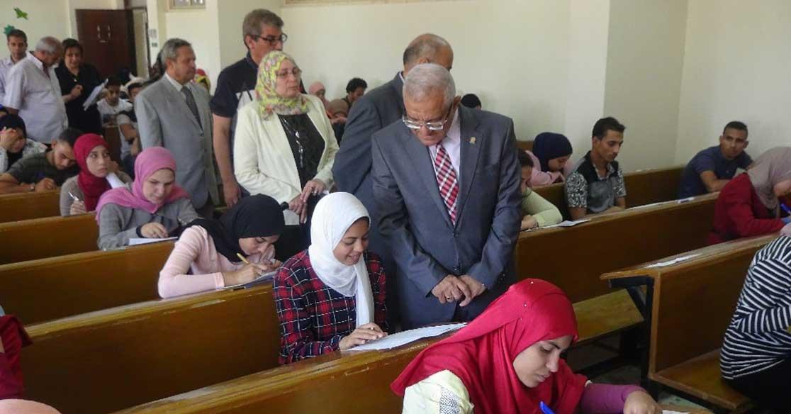 رئيس جامعة المنيا يتفقد امتحانات طلاب كليات التربية (صور)