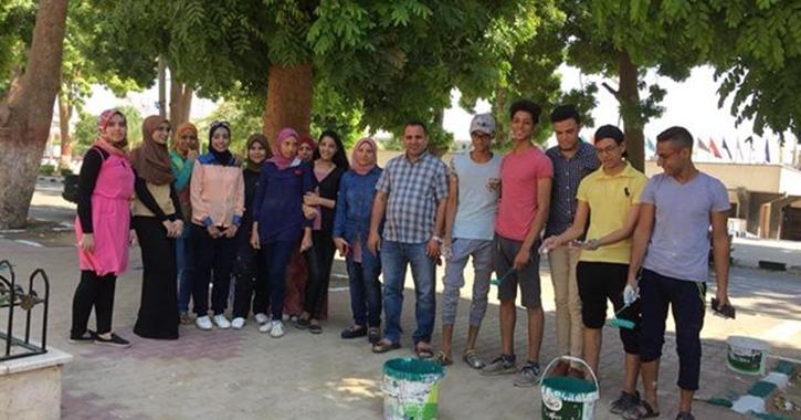 طلاب بـ«تربية أسيوط» يشاركون في حملة تجميل الكلية