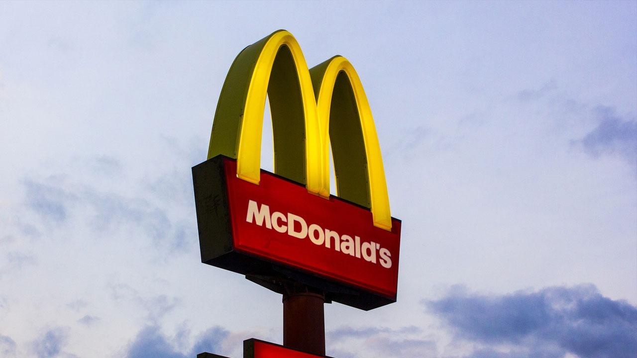 بسبب شطيرة «تشيز برجر».. تفاصيل الهجوم على موظفة في ماكدونالدز (صور)