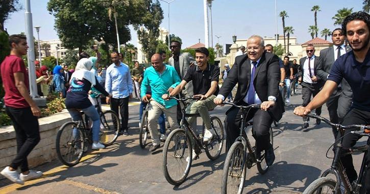 رئيس جامعة القاهرة يقود ماراثون الدراجات ويشارك في الألعاب الرياضية