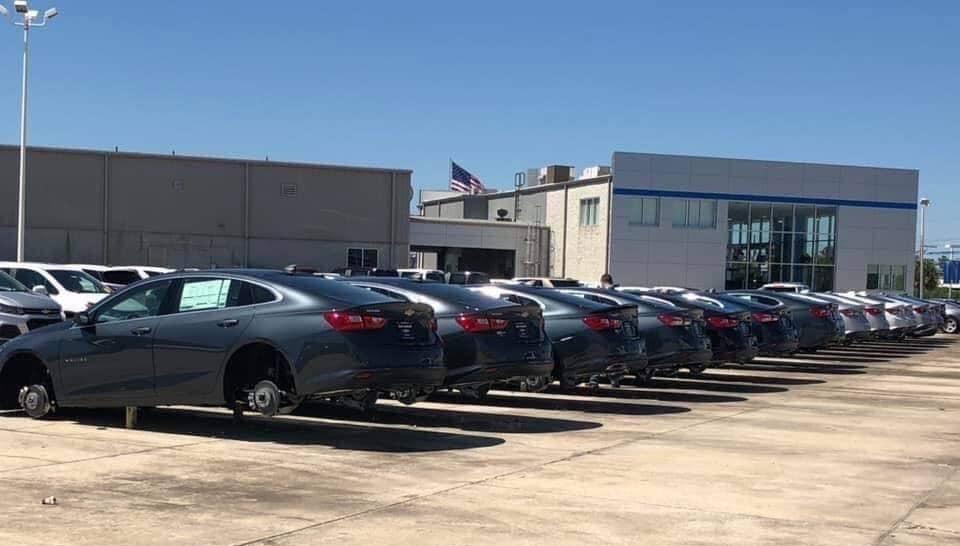 لصوص يسرقون 120 سيارة في أقل من 60 دقيقة (فيديو)