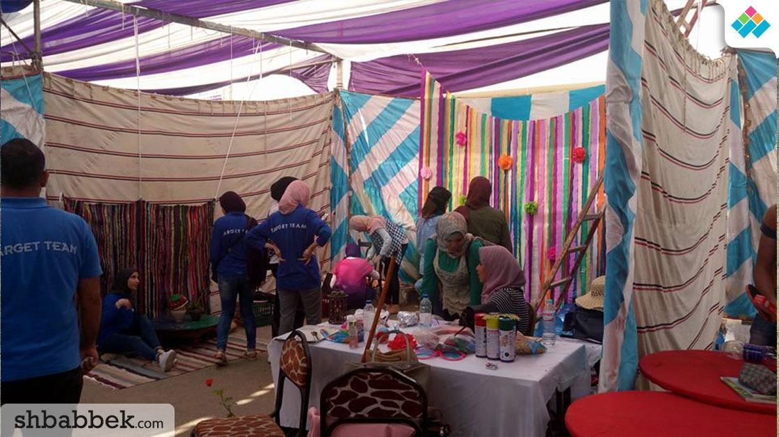 «تارجيت تيم» بهندسة المنصورة يقيم خيمة لأعمال الخير.. كتب وأكل ولعب